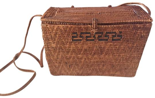 Preload https://img-static.tradesy.com/item/22913122/vintage-fine-handwoven-caramel-weave-shoulder-bag-0-2-540-540.jpg