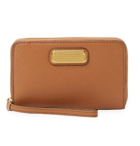 Marc by Marc Jacobs New Q Wingman Purse Pebbled Leather Wristlet in Maple Tan