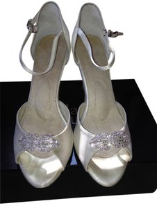 Angela Nuran Exquisite Ivory Pumps