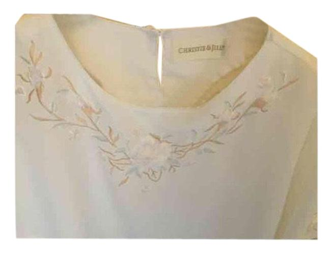 Item - White Women's Embroidered Lovely Blouse Size 24 (Plus 2x)