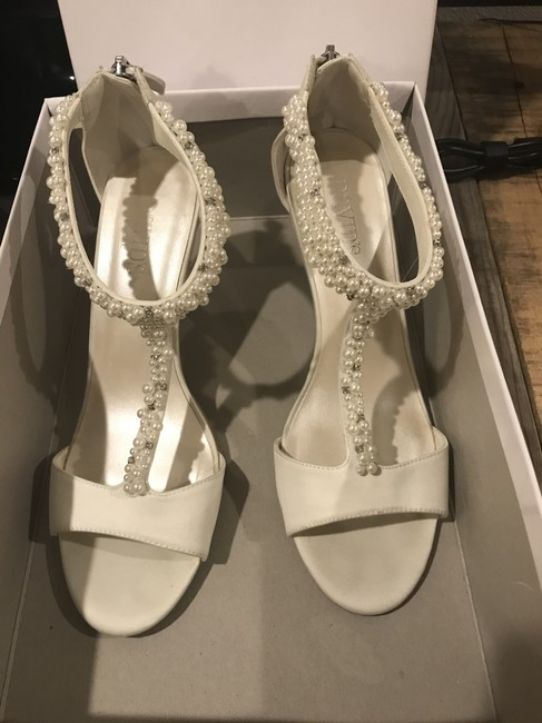 Item - Ivory Loren Pumps Size US 8.5 Regular (M, B)