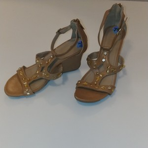 Kenneth Cole Reaction Tan Wedges