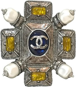 Chanel A96666 metal and stone brooch