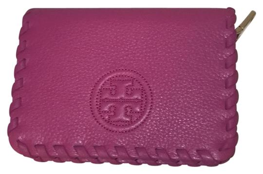 Preload https://img-static.tradesy.com/item/23165523/tory-burch-hibiscus-flower-marion-zip-coin-case-wallet-0-1-540-540.jpg