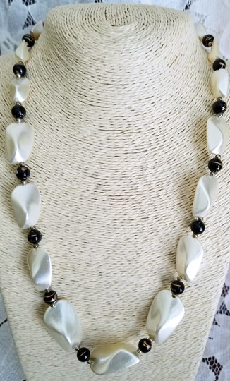 Boutique pearl beaded necklace Image 1