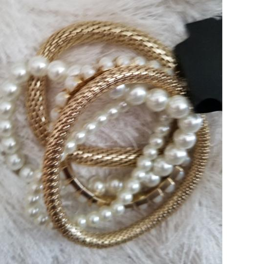 Preload https://img-static.tradesy.com/item/23200733/pearl-and-gold-faux-bracelet-0-1-540-540.jpg