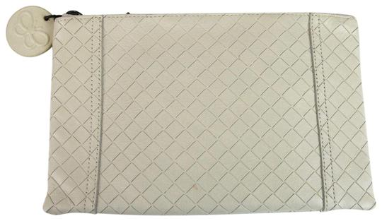 Preload https://img-static.tradesy.com/item/23201204/bottega-veneta-intrecciomirage-pouch-301498-9904-white-leather-clutch-0-1-540-540.jpg