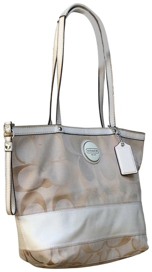 Preload https://img-static.tradesy.com/item/23211237/coach-monogram-small-beige-canvas-tote-0-1-540-540.jpg