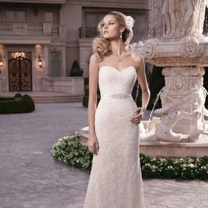 Casablanca Ivory Next Strapless Sweetheart Neckline with A Non-beaded Matte Guipure Lace Overlay. This Sheath Gown Includes A Detachable 2131 Feminine Wedding Dress Size 10 (M)