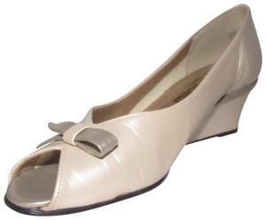 California Magdesians Dressy Or Casual Retro Look Sandals Open Toe With Bows iridescent pearly ivory and pewter leather Wedges