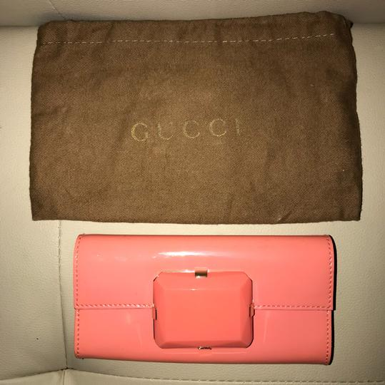Preload https://img-static.tradesy.com/item/23289388/gucci-pinkcoral-small-coral-patent-leather-clutch-0-0-540-540.jpg