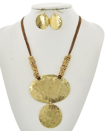 Preload https://img-static.tradesy.com/item/23295872/goldtone-brown-cord-earring-set-necklace-0-1-540-540.jpg