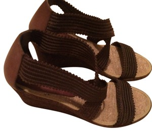 spanish designer Look Stunning On brown Wedges