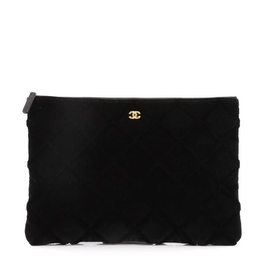 Preload https://img-static.tradesy.com/item/23331195/chanel-cosmetic-pouch-quilted-large-black-velvet-clutch-0-0-540-540.jpg
