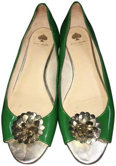 Preload https://item5.tradesy.com/images/kate-spade-green-patent-leather-gold-flower-great-condition-flats-size-us-8-regular-m-b-23331229-0-1.jpg?width=440&height=440
