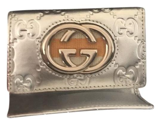 Preload https://img-static.tradesy.com/item/23334226/gucci-6-key-holder-wallet-silver-with-gold-leather-wristlet-0-2-540-540.jpg