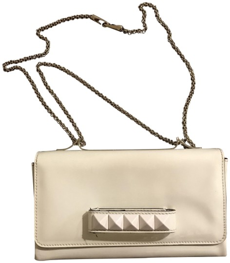 Preload https://item5.tradesy.com/images/valentino-va-voom-white-patent-leather-clutch-23335774-0-1.jpg?width=440&height=440