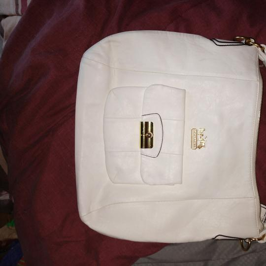 Preload https://item5.tradesy.com/images/coach-purse-white-leather-shoulder-bag-23340064-0-0.jpg?width=440&height=440