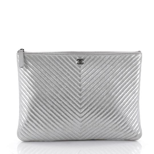 Preload https://item5.tradesy.com/images/chanel-o-case-zip-pouch-1cr0508-metallic-silver-chevron-leather-clutch-23340874-0-1.jpg?width=440&height=440