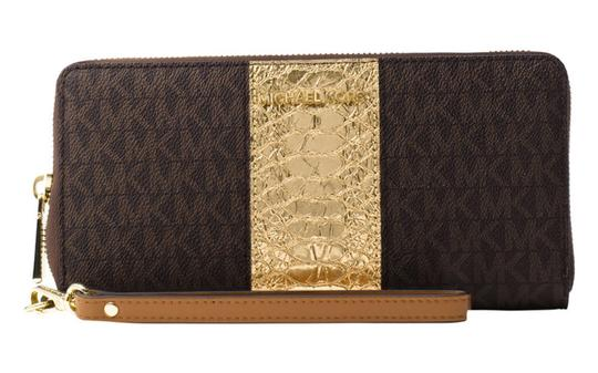 Preload https://item4.tradesy.com/images/michael-kors-browngold-jet-set-travel-signature-continental-wristlet-wallet-23341208-0-0.jpg?width=440&height=440