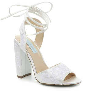 b6292c35c57 Betsey Johnson Ivory Raine Satin Embroidered Lace Pumps Size US 9.5 Regular  (M
