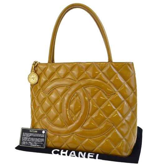 Preload https://img-static.tradesy.com/item/23350693/chanel-cc-logo-quilted-shoulder-yellow-patent-leather-tote-0-0-540-540.jpg