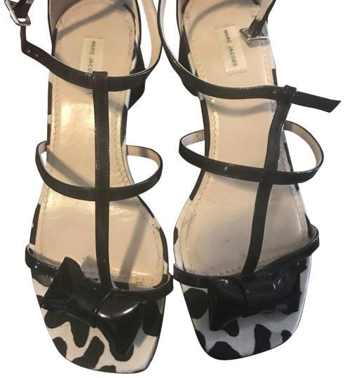 Preload https://img-static.tradesy.com/item/23351029/marc-jacobs-black-patent-leather-with-bows-sandals-size-us-7-regular-m-b-0-1-540-540.jpg