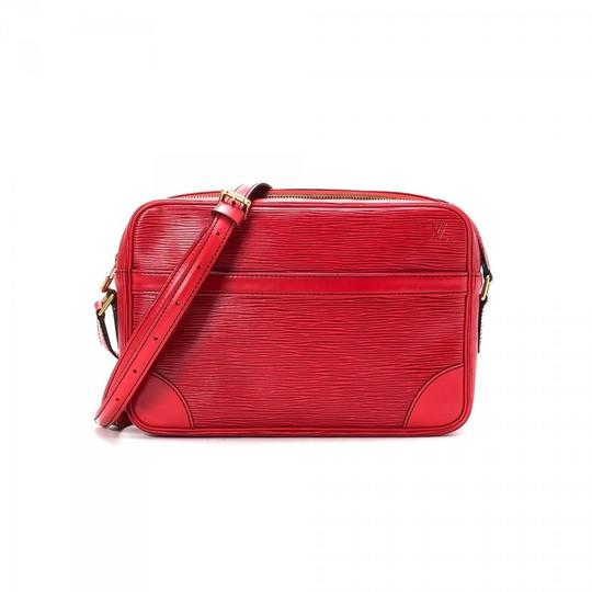 Preload https://img-static.tradesy.com/item/23358642/louis-vuitton-trocadero-epi-866816-red-leather-cross-body-bag-0-1-540-540.jpg