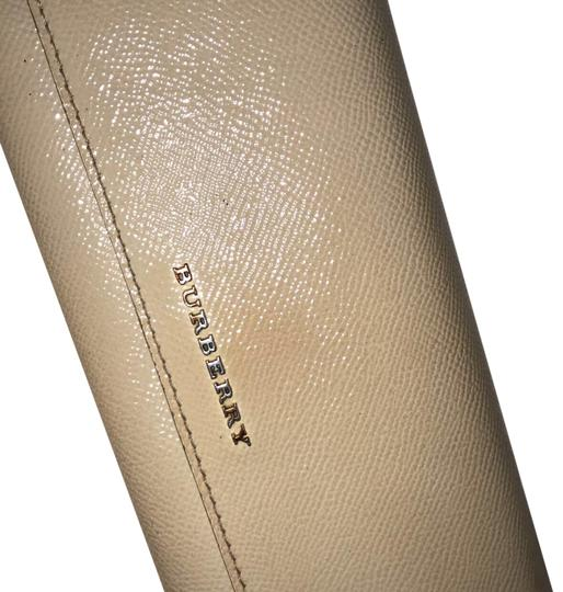 Preload https://img-static.tradesy.com/item/23361756/burberry-cream-wallet-0-1-540-540.jpg