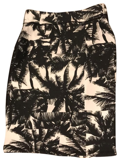 Preload https://img-static.tradesy.com/item/23383583/fabletics-black-white-palm-tree-skirt-size-00-xxs-24-0-1-650-650.jpg