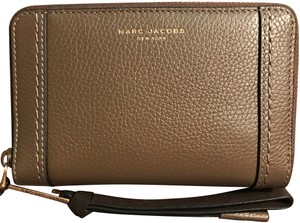 Marc Jacobs M0009565 MAVERIC ZIP PHONE WRISTLET