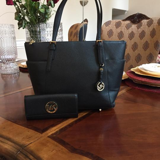 Michael Kors Mk Jet Set Leather Cherry Spring Tote in black Image 0