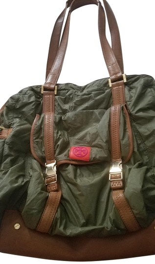 Preload https://img-static.tradesy.com/item/23407399/tory-burch-safari-green-and-brown-leather-nylon-shoulder-bag-0-1-540-540.jpg