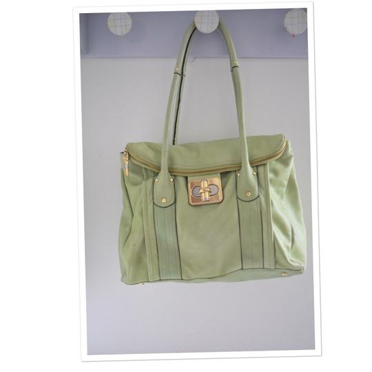 Preload https://img-static.tradesy.com/item/23407514/b-makowsky-lime-green-leather-shoulder-bag-0-0-540-540.jpg