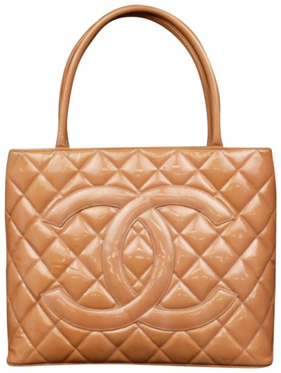 Preload https://img-static.tradesy.com/item/23408052/chanel-medallion-quilted-zip-228260-coral-patent-leather-tote-0-1-540-540.jpg