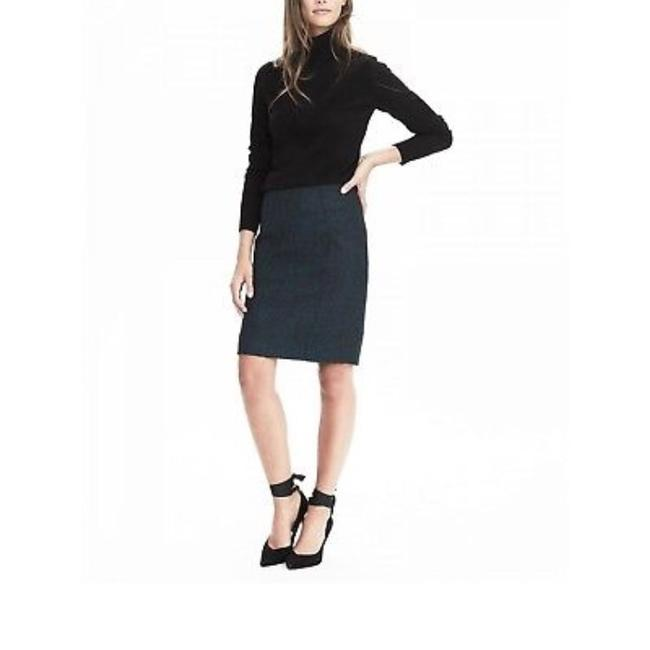 Preload https://img-static.tradesy.com/item/23430335/banana-republic-green-black-textured-flannel-pencil-skirt-size-0-xs-25-0-0-650-650.jpg