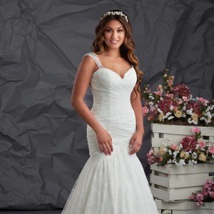 Bonny Bridal Newer Gown From The 2016 Love Collection Chantilly Lace 6707 Formal Wedding Dress Size