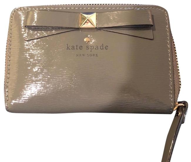 Item - Louie Wallet with Iphone Slot Grey Patent Leather Wristlet
