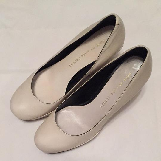 Marc by Marc Jacobs White, Light gray Pumps Image 1