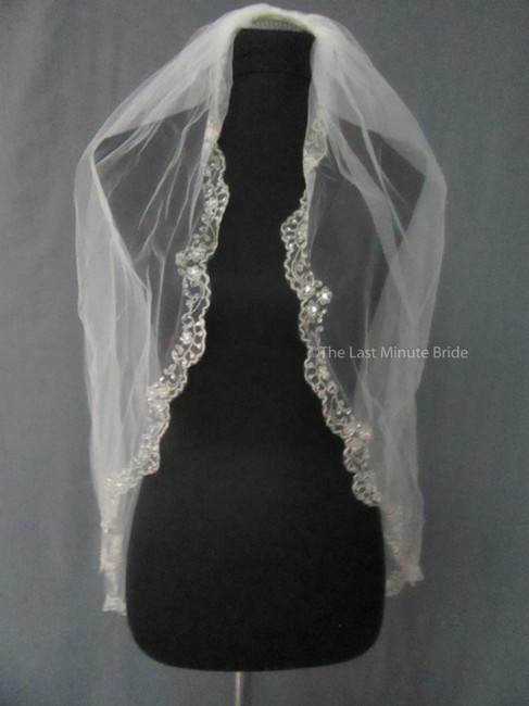 Item - Ivory Medium Style V7057 Bridal Veil