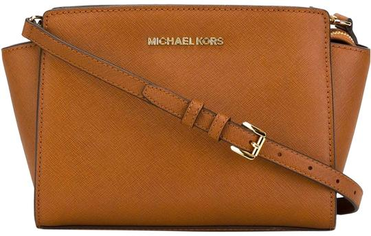 Preload https://img-static.tradesy.com/item/23494964/michael-michael-kors-selma-mini-acorn-leather-cross-body-bag-0-3-540-540.jpg