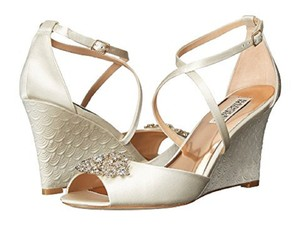 Badgley Mischka Ivory Abigail Wedges Size US 9.5 Regular (M, B)