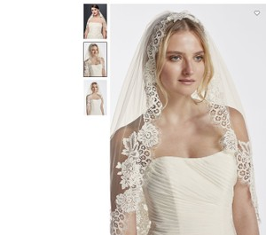 David's Bridal Ivory Medium New with Tags One Tier Mid with Trailing Lace Bridal Veil