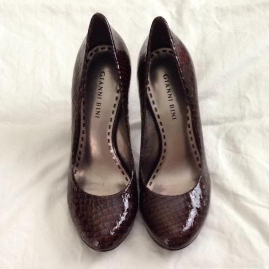 Gianni Bini Embossed Patent Patent Snakeskin 3 1/2 Inch Heel Nestle Brown Pumps