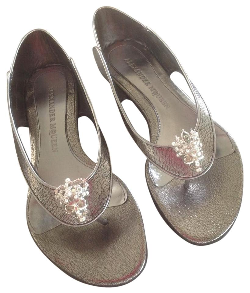 0b6e978e9 Alexander McQueen Silver Metallic Leather Skull Embellished Thongs Flats