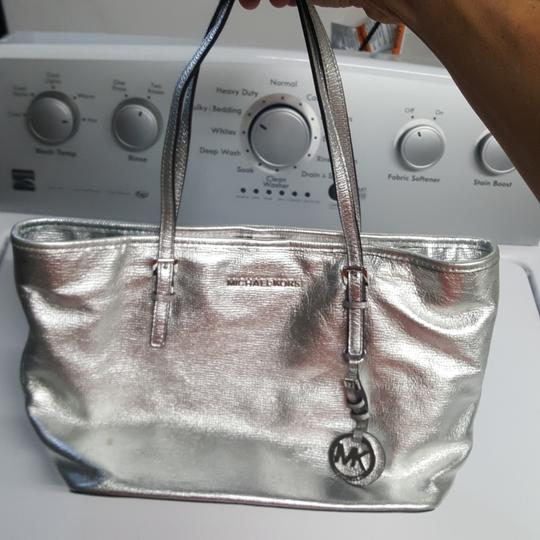 Preload https://item1.tradesy.com/images/michael-kors-silver-metallic-finish-stunning-everyday-piece-with-lots-of-room-inside-5-interior-pock-23544900-0-0.jpg?width=440&height=440