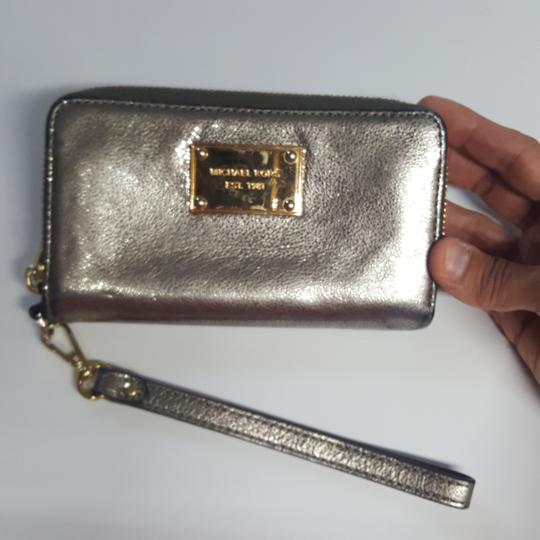 Preload https://item1.tradesy.com/images/michael-kors-silver-metallic-with-gold-hardware-and-zipper-closure-3-credit-card-compartments-4-othe-23544990-0-0.jpg?width=440&height=440