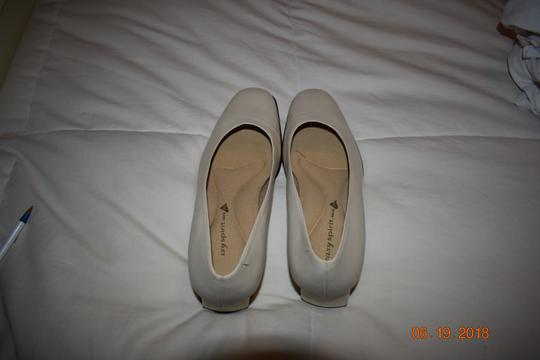 Easy Spirit Leather Ivory Pumps
