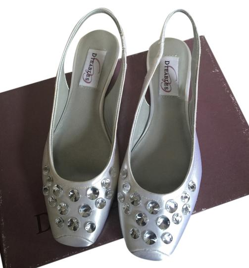 Preload https://item2.tradesy.com/images/dyeables-white-flats-2355571-0-0.jpg?width=440&height=440