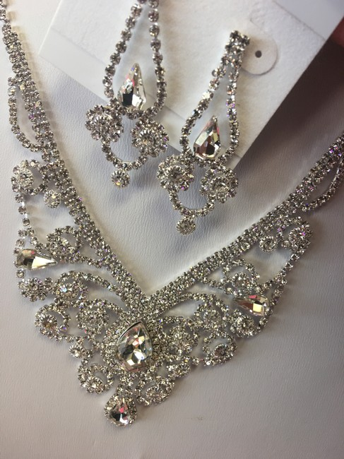 Item - Crystal and Silver Australian Necklace Jewelry Set